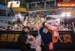 """電影《緊急救援》正于全國熱映,首周末票房突破兩億,票房、排片、觀影人次均領跑賀歲檔。近日,電影《緊急救援》全國路演來到武漢站,導演林超賢攜主演彭于晏、王彥霖來到現場與觀眾進行交流,主創們還來到了代表武漢城市精神的名片的兩江四岸燈光秀現場進行了""""致敬英雄燈光秀特別活動""""。"""