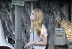 """当地时间12月18日,美国西好莱坞,艾丽·范宁久违现身街头。当天,她身穿灰色做旧短袖T恤,下身搭宽松的牛仔裤,脚踩人字拖,一头金色披肩长发十分凌乱,整个人看起来豪放不羁,毫无""""小仙女""""的样子。"""