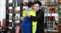 """《吉祥如意》獲""""年度期待影片""""榮譽 曹駿假扮攝像為大鵬頒獎"""