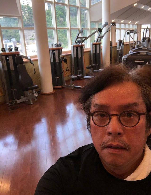 70岁谭咏麟戴口罩健身,头发凌乱黑眼圈明显