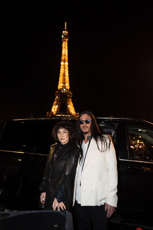 何超仪陈子聪夫妻合体巴黎看秀 造型摩登长腿抢镜