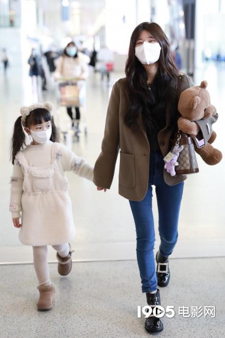 usdt第三方支付(www.caibao.it):连家族一起宠!赵露思抱玩具熊 牵粉丝女儿走机场 第3张
