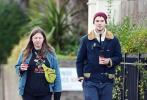 当地时间1月2日,英国伦敦,尼古拉斯·霍尔特和好友汉娜·穆雷现身伦敦樱花草山散步,新年第一拍曝光。当天,尼子和汉娜两人都是一身休闲穿搭,手里拿着咖啡在街头畅聊漫步。