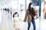 連家屬一起寵!趙露思抱玩具熊 牽粉絲女兒走機場