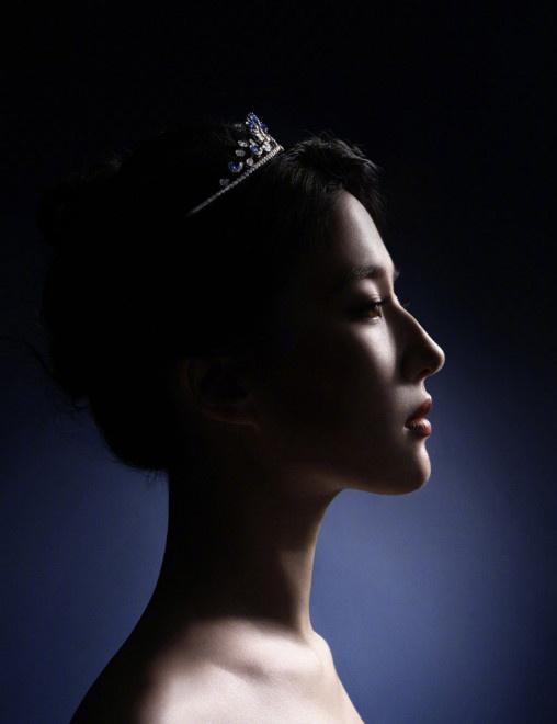 usdt不用实名交易(www.caibao.it):刘亦菲穿粉色抹胸大秀好身材 头戴皇冠天鹅颈优越