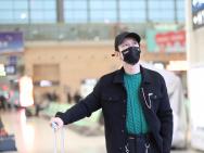黄晓明节目录制后现身 黑外套配绿毛衣双眼显疲态