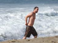 基努·里维斯骑机车去海边 下海玩水湿身露小肚腩