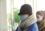 1月7日,浙江杭州,倪妮現身機場。她頭戴帽子口罩遮面,身穿寶藍色羽絨服配闊腿褲,帽子、口罩、圍巾將自己包裹嚴實。據悉,此次倪妮到杭州是準備話劇演出。