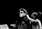 日前,鞏俐老公讓·米歇爾·雅爾曬出了一張巴黎圣母院跨年VR音樂會的大合照,鞏俐與老公一同現身引來網友熱議。