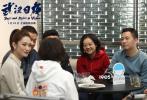 """1月10日,电影频道主持人蓝羽、晓丽在""""战地摄影连——纪录电影《武汉日夜》""""融媒体直播中,与《武汉日夜》导演曹金玲一起,邀请陈卓、谭海燕、陈亮、邱磊、唐晓洲5位影片摄影师做客导演工作室,并连线身在武汉、上海的其他摄影师代表,一同分享了这次特殊的""""跨时空""""合作背后的动人故事。《武汉日夜》幕后的31位""""战地英雄""""摄影师,既是这场""""战疫""""的记录者、见证者,同时更是参与者和陪伴者。"""