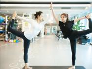 陳妍希曬與呂一做雙人瑜伽照片 劈叉時的表情亮了