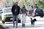 本·阿弗莱克双手插兜散步 与女儿熊抱画面温馨