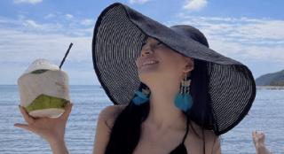 名媛范!卢靖姗海边度假长发及腰 吊带裙秀事业线