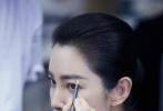 1月14日,工作室发布了一则李冰冰给妹妹化妆的花絮视频。视频中,李冰冰化身专业的美妆博主,从前期的妆发造型到后期的摄影指导统统包揽,手法娴熟还专注。姐妹二人同框不仅养眼,相处模式也是尽显姐妹情深。  