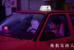 由董越编剧和导演、黄晓明领衔主演的犯罪悬疑电影《戴假发的人》于近日在武汉正式杀青,同时片方首度曝光一组黄晓明出租车司机造型剧照。剧照中,黄晓明消瘦颓废的造型颇为抢眼,也让人好奇人物背后的秘密:一次意外、一顶假发因何桎梏他的一生?