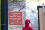 """当地时间1月16日,正在亚特兰大拍摄的《蜘蛛侠3:英雄归来》曝光一组片场照。照片中,""""荷兰弟""""汤姆·赫兰德再度身披战袍亮相,拍摄在车顶跳跃的戏份。"""