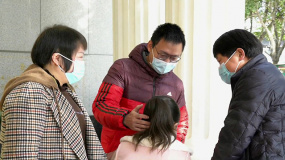 《武汉日夜》主人公王枫姣看望医生:谢谢你让我有勇气活下去
