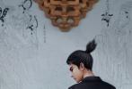 """1月20日,春节档影片《新神榜:哪吒重生》曝光一组国风大片,""""新哪吒""""李云祥国潮风造型惊艳亮相,从传统的孩童哪吒,蜕变为酷炫的现代版青年哪吒。"""