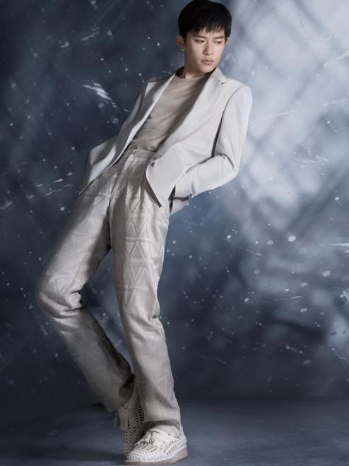 《【杏鑫娱乐平台代理】鲨到了!易烊千玺时尚大片 用身体律动演绎时尚感》