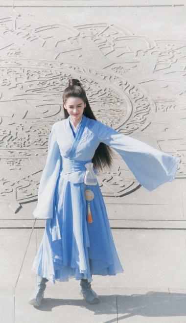 Angelababy新劇路透曝光 穿藍裙笑靨如花心情好