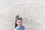 近日,一组Angelababy新剧路透照曝光。照片中,Baby一袭蓝裙清丽中又带着仙气,唇红齿白,笑靥如花,看起来心情超好。