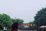 """1月21日,苗苗通过微博晒出一组重回电影《芳华》拍摄地的照片,并配文""""梦回芳华""""。照片中,苗苗穿着休闲的冬装,还原片中的动作。不仅产女后身材恢复如初,当年的少女感也犹存。"""