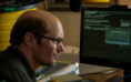 《蜂鸟计划》1.29上映 杰西·艾森伯格秀浴袍舞技