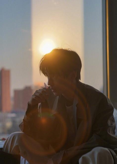 《【杏鑫娱乐怎么代理】王俊凯冬日暖阳大片曝光 与清俊少年一起逐光前行》