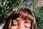 1月31日,安娜·德·阿瑪斯通過個人社交賬號曬出一組自拍照。這是她2021年也是和大本分手后首次分享近照。照片中,安娜狀態看起來不錯,身穿白色碎花上衣,置身在花園中享受著陽光;蓬松的蘑菇頭短發、迷離的眼神,肆意散發女性魅力。
