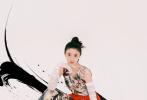 """近日,""""謀女郎""""劉浩存合作《Wonderland China》拍攝的二月刊封面大片釋出,暖調浪漫的長裙配上水墨意境的背景,浪漫中不失銳氣;飛揚裙擺加上利落的高馬尾,靈動的肢體表現力,少女感與女俠風并存。執梅為筆,暗香入墨,整組大片撲面而來的中國風,韻味十足!"""