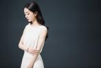 2月3日,工作室晒出一组赵丽颖广告拍摄花絮照。赵丽颖身穿闪耀白裙,黑白光影下的绰约身姿,红唇妆容精致,双眸清澈,披肩黑卷发更显优雅,升级当妈妈的她,身材依旧高挑纤瘦。