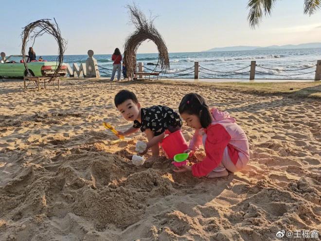 《【杏鑫总代理】王栎鑫带一双儿女海边游玩 离婚后首分享私人动态》