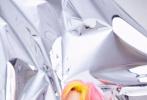 """2月22日,朱正廷通过微博晒照分享了自己的新年新发色,博文中他写道:""""五年以来一直想染的颜色,终于染了""""。随后,朱正廷个人宣传博还曝光的一组镭射背景写真,未来感、时尚感满满,还全方位展现了新发色的分布。"""