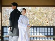 板野友美分享与丈夫结婚照 穿传统婚服笑容幸福