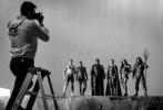 """近日,《名利场》公布了多张导演剪辑版《正义联盟》的全新剧照和幕后照,为即将上线流媒体的影片预热加温。剧照中,正义联盟成员集结,湄拉、小丑等角色相继登场。导演扎克·施奈德还透露道,导剪版的结尾会有一个""""能让硬核粉丝炸了""""的超级英雄客串。"""