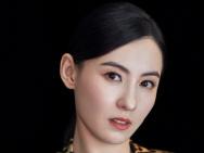 张柏芝复古西装优雅大气 妆容精致笑容灿烂状态佳