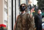 当地时间2月24日,意大利罗马,Lady GaGa穿着帕特里齐亚·雷加尼的套装走进她在罗马下榻的酒店。豹纹长裙,半露玉臂,搭配亮钻颈饰,长发挽成优雅发髻,就连口罩都是都是精心挑选的皮革质地。一身LOOK精致又不失优雅。据悉,GaGa此次前往罗马是要投身到新片《古驰》的拍摄。