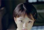 """近日,摄影师徐红斌在个人社交平台分享了几张周迅在拍摄电视剧《人间四月天》时期的旧照,他回忆道照片可能拍摄于1997年,""""在天津的一个小楼里,那时候我们都还年轻。"""""""