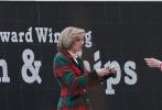 当地时间2月25日,德国迪尔门,电影《斯宾塞》曝光主演克里斯汀·斯图尔特片场照。路透照中,一头浅金色短发的斯图尔特,身穿红绿格纹西服外套内搭白色高领针织衫,下身是丝绒黑色短裙,依稀可以窥到一些戴安娜王妃当年的身孕。据悉,克里斯汀·斯图尔特这套造型是戴安娜王妃1989年访问朴茨茅斯时的造型。