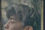 2月26日,邓伦成为《芭莎男士》三月刊封面人物大片发布。封面照中,邓伦身穿黑色运动套装,半倚在做旧的沙发中,身旁环绕着茂密的绿植。暖阳洒在精致的面容上,邓伦环抱着玩偶娃娃,仿佛置身在斑驳陆离的暗黑童话中。内页中,网红空气马甲、花卉渔夫帽等造型,帅气又充满时尚感,是童话王子伦没错了!