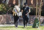 当地时间3月1日,美国圣塔莫尼卡,华金·菲尼克斯和 鲁妮·玛拉夫妇带着5个月大的儿子瑞凡·菲尼克斯出街。当天,华金All Black造型,帽子、墨镜、口罩全副武装;鲁妮一身休闲装挎着婴儿包,怀抱着儿子现身。为了防止烈日晒到儿子,鲁妮还十分细心的用毛巾遮住儿子的头。华金抱着儿子在树下成荫时,小家伙的正脸也首度公开。一头金发,蓝宝石般的双眼,五官精致,脸蛋和四肢都肉感十足。