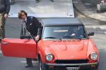 GaGa《古驰》造型高贵 配红色老爷车怀旧感十足