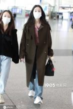 张碧晨承认生女后频现身 长发披肩双眸清澈气质佳
