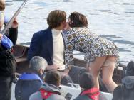 KSWL!《古驰》GaGa亚当船上激吻 穿短裙险走光