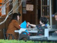 安妮海瑟薇不顾形象大笑 用筷子给孩子喂食超温柔