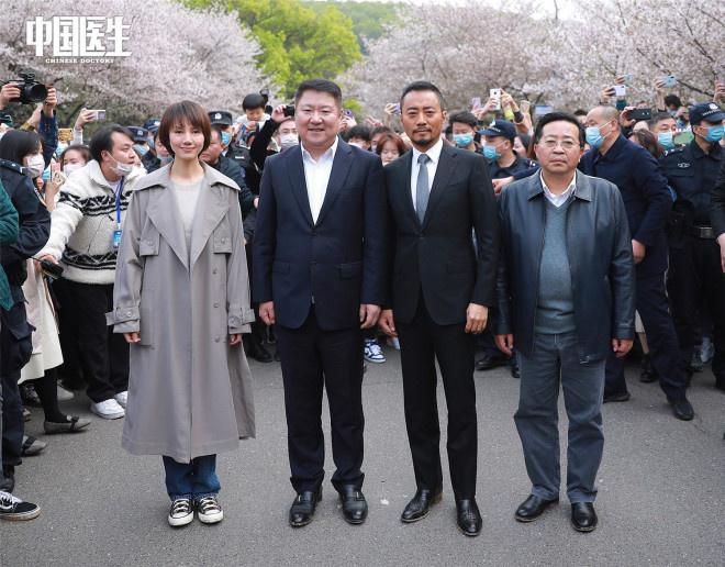《中国医生》剧组重回武汉 张定宇张涵予首度同台