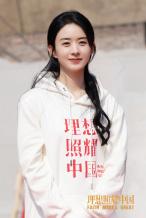 赵丽颖穿畲族服饰和小演员合照 发文告别小朋友
