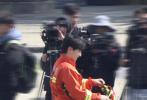 3月22日,邓伦、龚俊录制《极限挑战》第七季路透曝光。路透照中,邓伦、龚俊身穿消防员制服,颜值难分高下的两人并排站在一起,身姿挺拔,神情专注,加上制服加持英气十足。