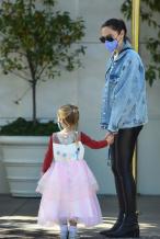 盖尔·加朵带女儿出街显孕态 穿紧身皮裤秀好身材