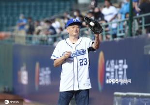 66岁李安担任棒球赛开球嘉宾 羡慕老同学都已退休